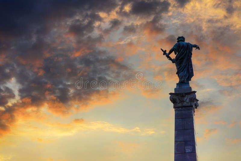 El monumento de la libertad en la puesta del sol, Ruse, Bulgaria foto de archivo