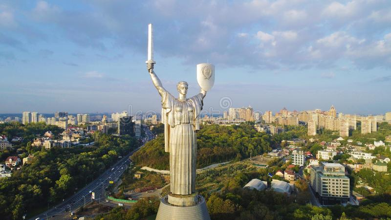 El monumento de la patria en Kiev foto de archivo