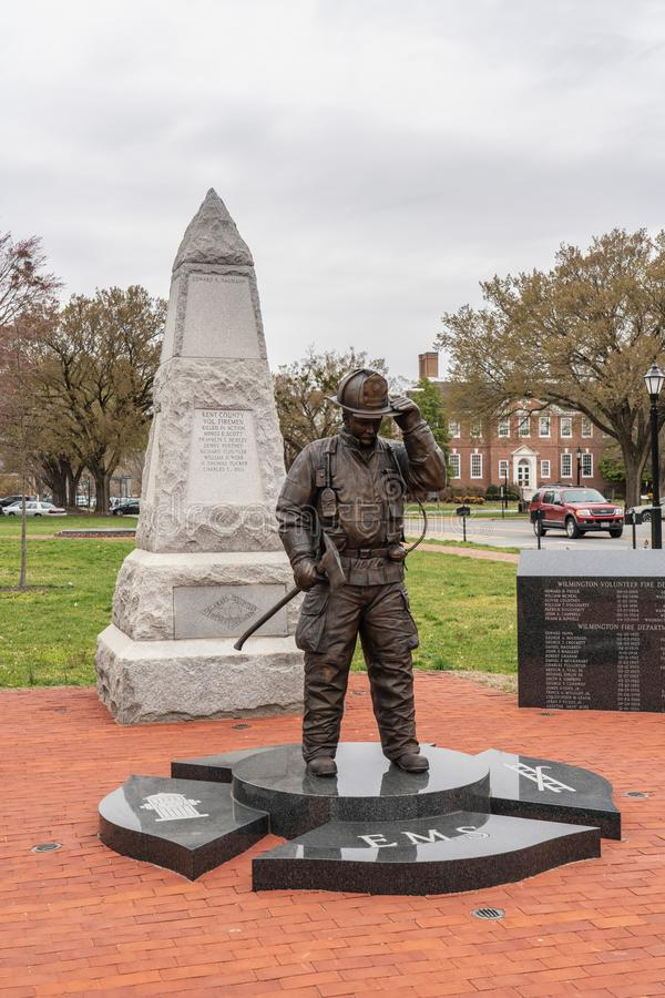 El monumento de los bomberos incluye una figura de bronce de un bombero fotografía de archivo