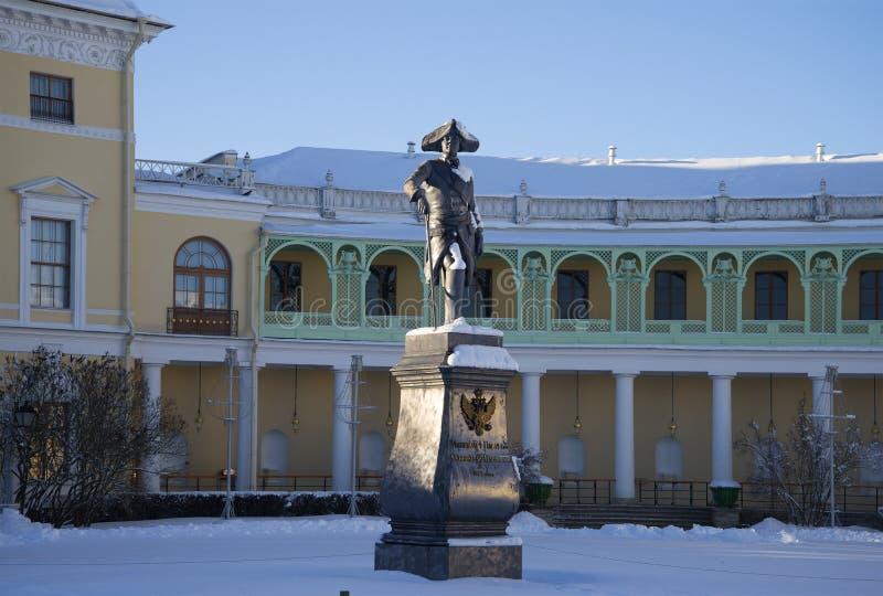 El monumento de Pavel I contra la perspectiva de la galería del palacio de Pavlovsk, día de invierno Pavlovsk imagen de archivo libre de regalías