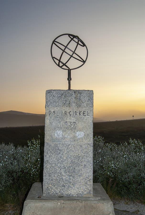 El monumento del C?rculo Polar ?rtico encendido por el sol de medianoche imágenes de archivo libres de regalías