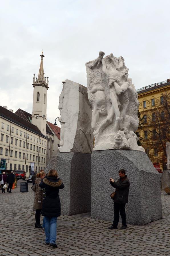El monumento del ` contra ` de la guerra y del fascismo está situado en el cuadrado de Helmut Zilka Albertinaplatz anterior en Vi imágenes de archivo libres de regalías