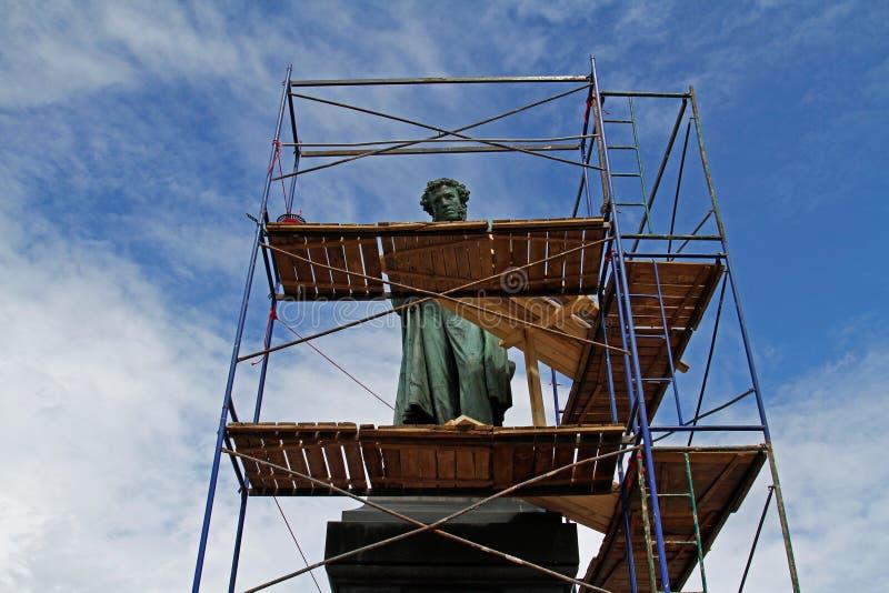 El monumento del poeta ruso famoso Alexander Pushkin es cerrado para la reconstrucción en el cuadrado de Pushkin en Moscú imágenes de archivo libres de regalías