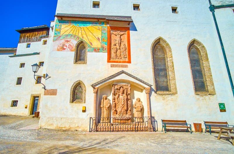 El monumento en la pared de la iglesia de San Jorge en el castillo de Hohensalzburg, Salazburg, Austria fotos de archivo