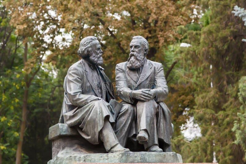 El monumento a Karl Marx y a Friedrich Engels imagen de archivo
