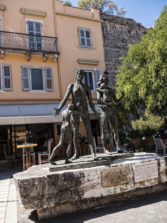 El monumento a la gente judía tomada de Corfú a sus muertes en el fuerte y el puerto deportivo en la isla griega de Corfú fotografía de archivo libre de regalías