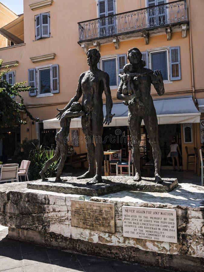 El monumento a la gente judía tomada de Corfú a sus muertes en el fuerte y el puerto deportivo en la isla griega de Corfú foto de archivo
