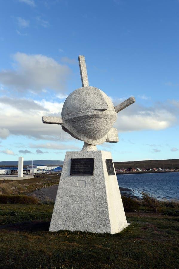 El monumento a los primeros colonos - los fundadores del pueblo de Porvenir fotografía de archivo