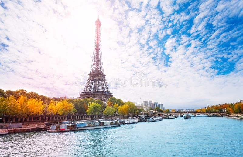 El monumento más grande de París, la torre Eiffel fotografía de archivo