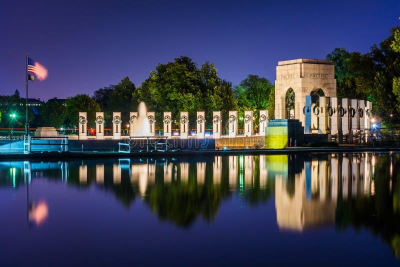 El monumento nacional de la Segunda Guerra Mundial en la noche en la alameda nacional fotografía de archivo libre de regalías