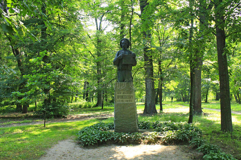 El monumento a Petro Prokopovych el fundador de la apicultura comercial imagenes de archivo