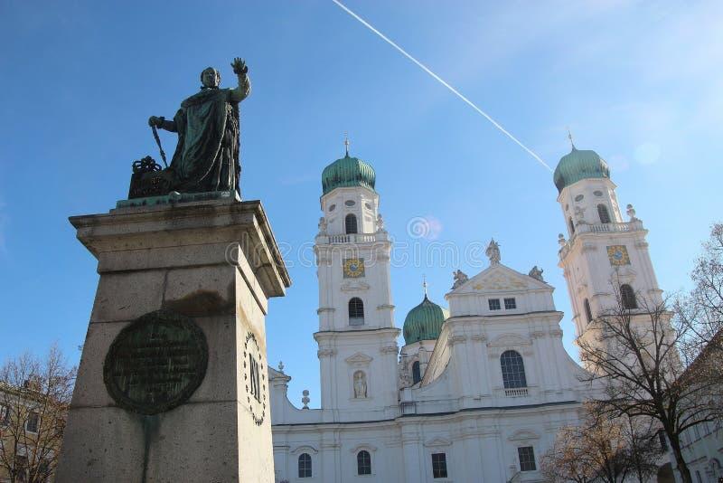 El monumento y la catedral en los Dom ajustan en Passau, Alemania foto de archivo libre de regalías