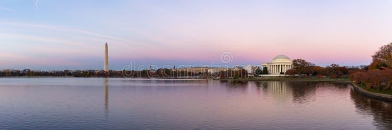 El monumento y Washington Monument de Jeffeerson reflejaron en el lavabo de marea fotos de archivo