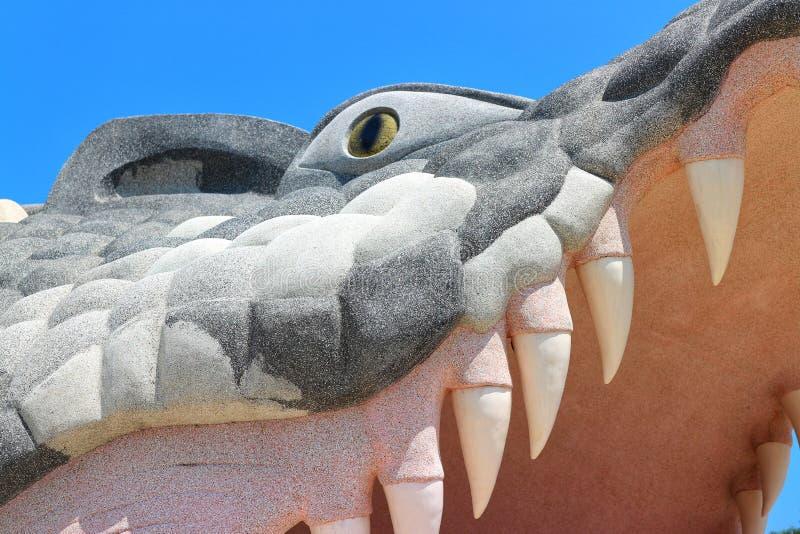 El mortero del cocodrilo abre su boca con los dientes grandes Fondo hermoso del cielo azul foto de archivo