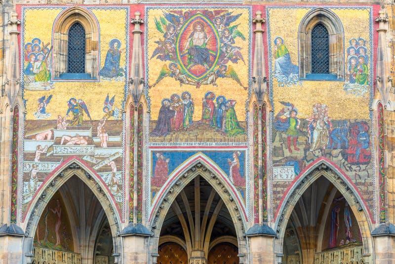 El mosaico pasado del juicio en catedral del St. Vitus en el castillo de Praga fotos de archivo libres de regalías