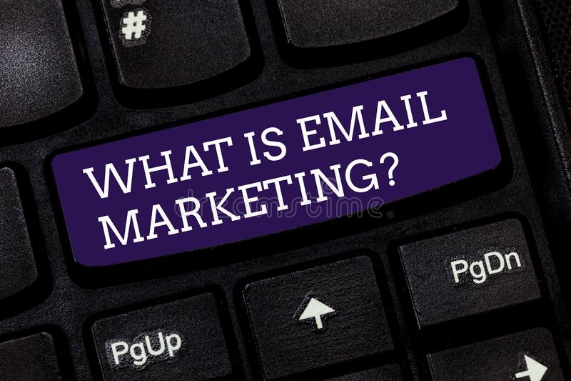El mostrar conceptual de la escritura de la mano cuál es márketing del correo electrónico Publicidad del texto de la foto del neg fotos de archivo
