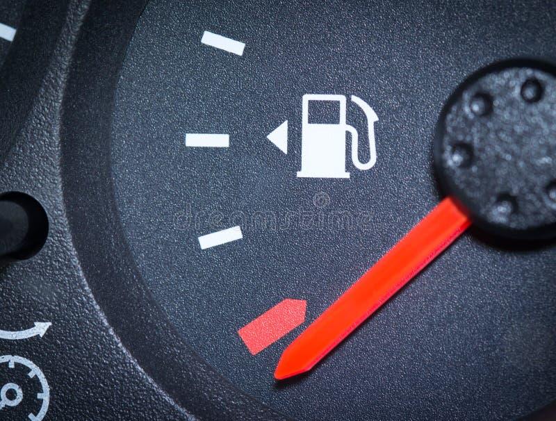 El mostrar del indicador de la gasolina del coche vacío imagen de archivo
