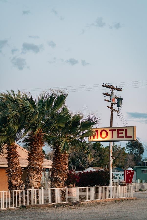 El motel viejo firma adentro Niland, cerca del mar de Salton, California fotografía de archivo libre de regalías