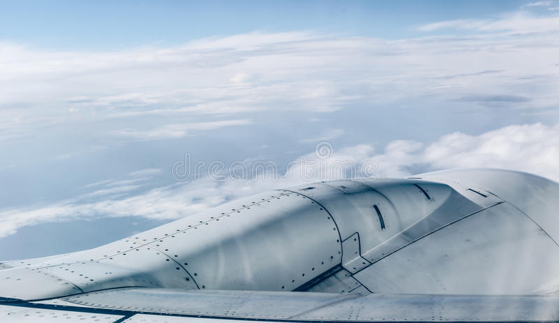 El motor del aeroplano sobre puesta del sol se nubla la visión desde la ventana del aeroplano foto de archivo