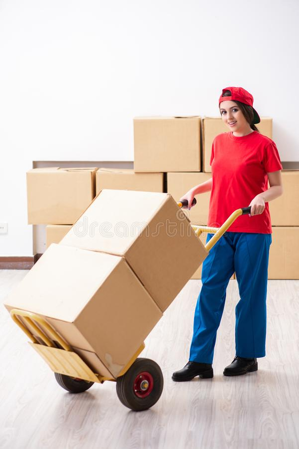 El motor profesional femenino joven que hace la relocalizaci?n casera fotografía de archivo libre de regalías