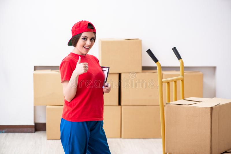 El motor profesional femenino joven que hace la relocalizaci?n casera imágenes de archivo libres de regalías