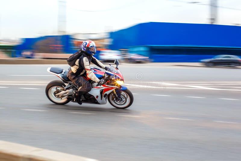 El motorista monta a la velocidad en los caminos de ciudad, puede 2018, St Petersburg fotografía de archivo