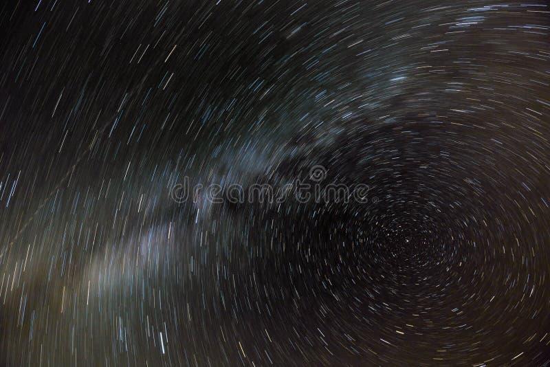 El movimiento de las estrellas y la vía láctea en el cielo nocturno alrededor de la estrella del norte foto de archivo libre de regalías