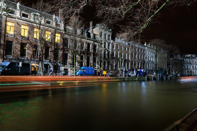 El movimiento de los barcos de pasajero por la tarde, Amsterdam foto de archivo