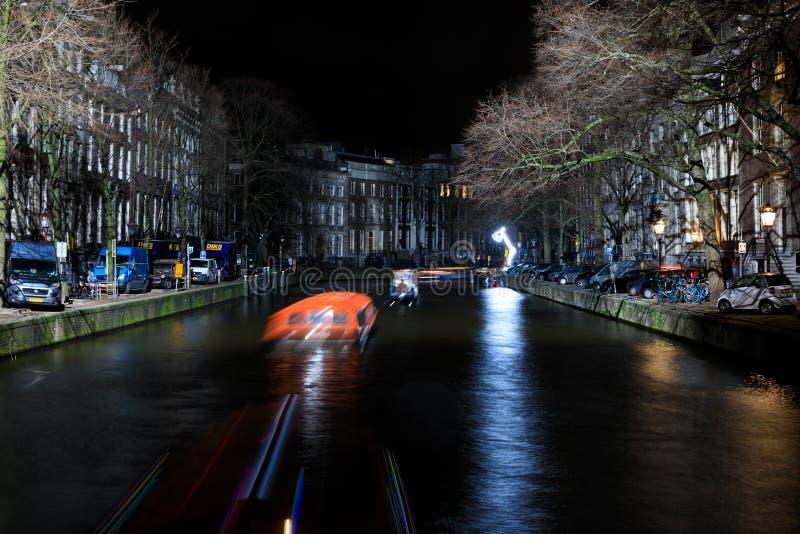 El movimiento de los barcos de pasajero por la tarde, Amsterdam imágenes de archivo libres de regalías