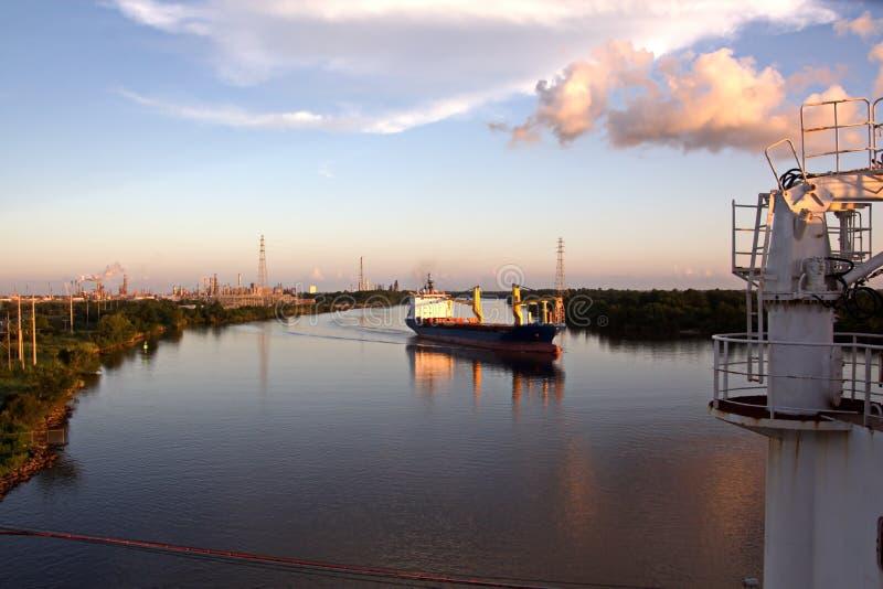 El movimiento de los buques mercantes y de los tirones del mar a la entrada y a la salida del puerto Beaumont, Tejas imagen de archivo