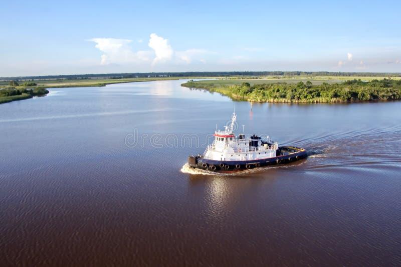 El movimiento de los buques mercantes y de los tirones del mar a la entrada y a la salida del puerto Beaumont, Tejas foto de archivo libre de regalías