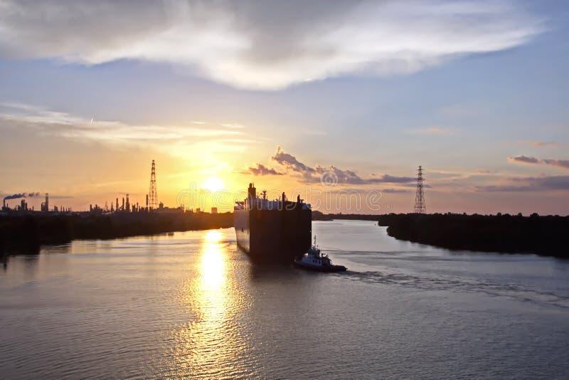 El movimiento de los buques mercantes y de los tirones del mar a la entrada y a la salida del puerto Beaumont, Tejas imagen de archivo libre de regalías