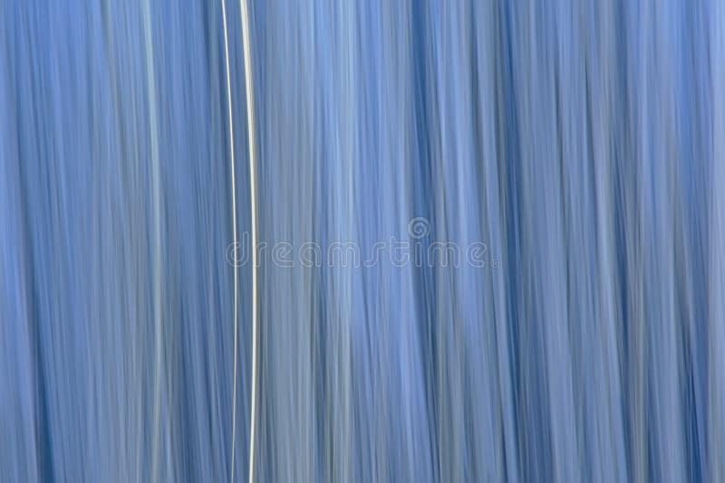 El movimiento del extracto empañó el fondo azul fotos de archivo libres de regalías