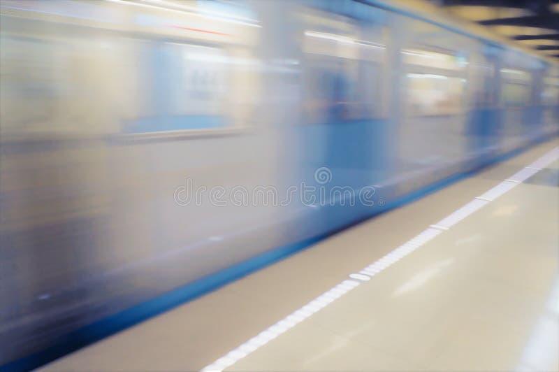 El movimiento del tren en el subterráneo, tiro en la exposición larga Fondo imagen de archivo