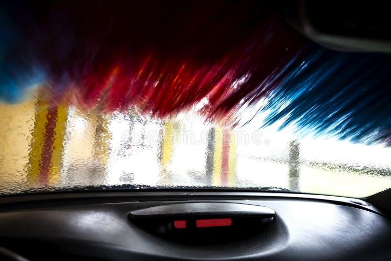 El movimiento empañó la imagen del túnel de lavado por dentro de un coche durante imagen de archivo libre de regalías