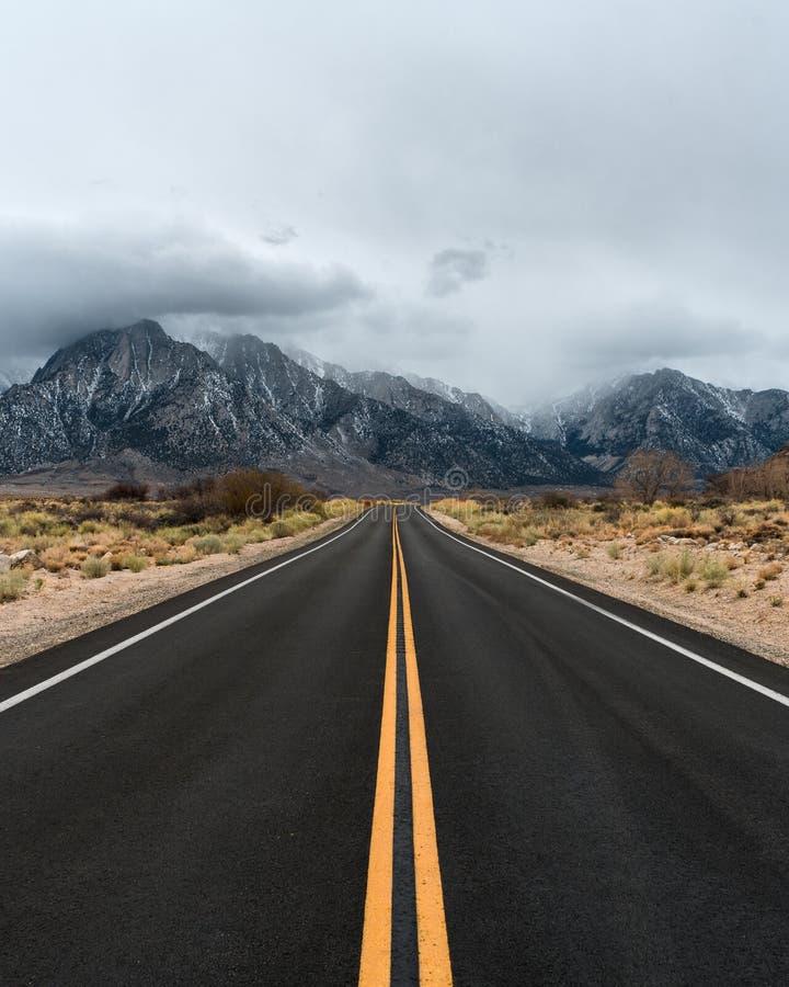 El Mt Whitney Portal Road da las vistas épicas de Sierra Nevada fotografía de archivo