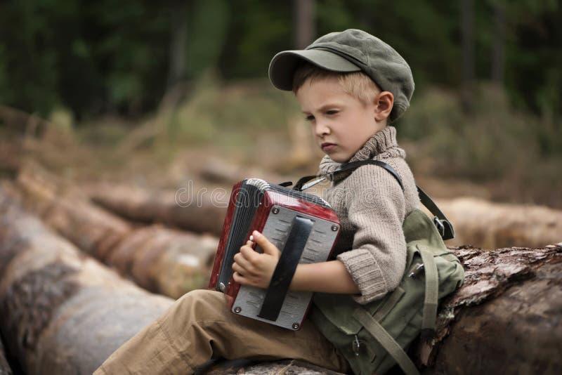 El muchacho, 5 años, parece un trampero, vagabundo, leñador imagenes de archivo