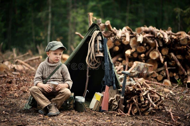 El muchacho, 5 años, parece un trampero, vagabundo, leñador imagen de archivo