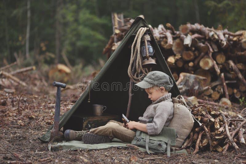 El muchacho, 5 años, parece un trampero, vagabundo, leñador fotografía de archivo libre de regalías