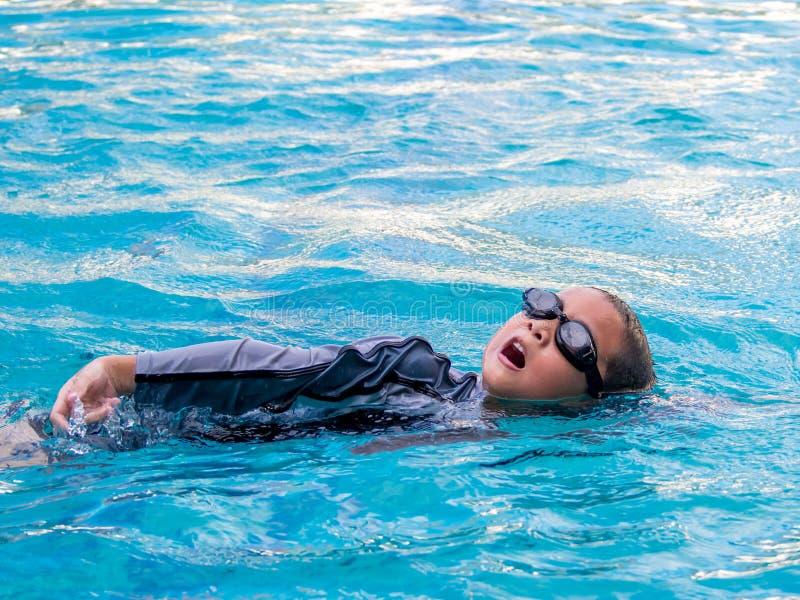 El muchacho asiático aprende a nadar fotos de archivo