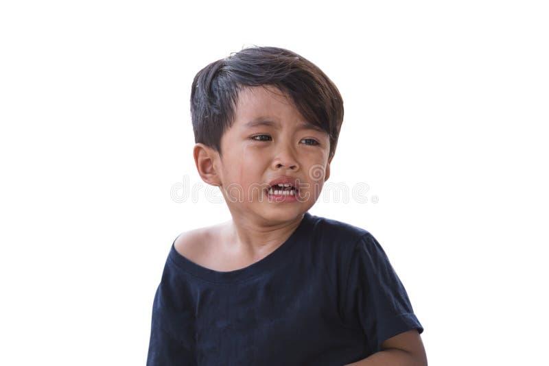 El muchacho asiático está llorando en un blanco fotografía de archivo