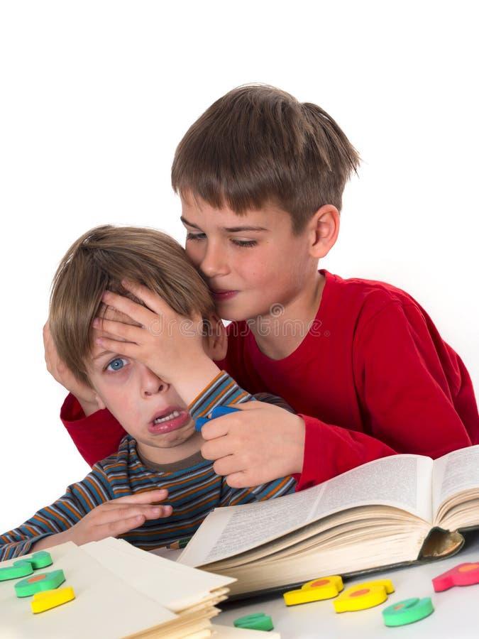 El muchacho calma a su hermano menor fotografía de archivo