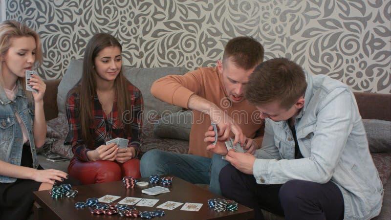 El muchacho cogió su engaño opuesto, mientras que jugaba el póker, hace enojado y se va fotografía de archivo libre de regalías