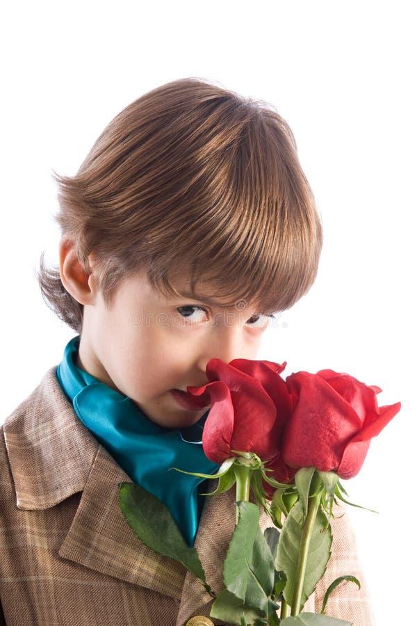 El muchacho con las rosas imágenes de archivo libres de regalías