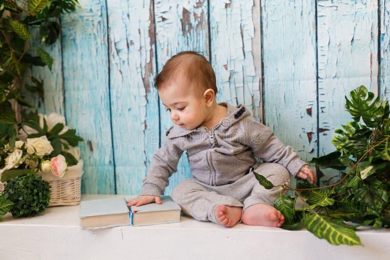 El muchacho con los libros fotos de archivo libres de regalías