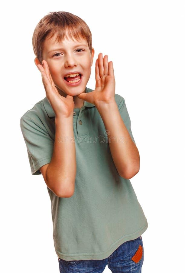 El muchacho de llamada del adolescente embroma gritos que los gritos abrieron el suyo fotos de archivo