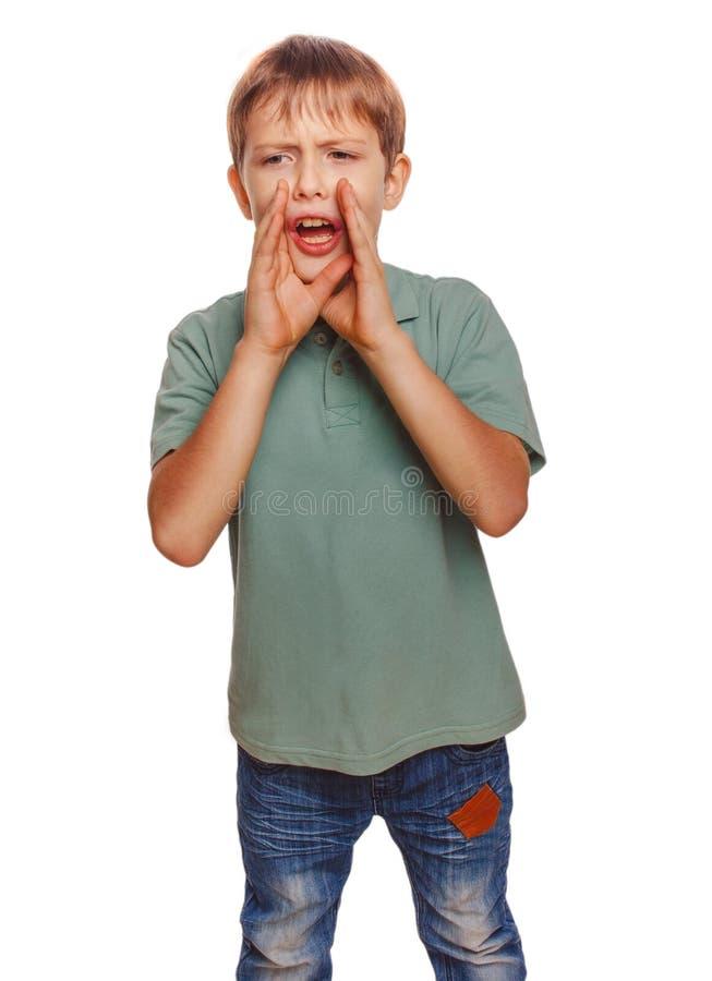 El muchacho de llamada embroma gritos de los gritos que el adolescente abrió el suyo fotografía de archivo
