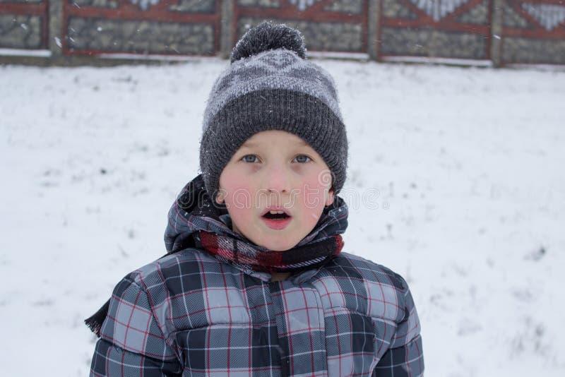 El muchacho del invierno abrió su boca imágenes de archivo libres de regalías
