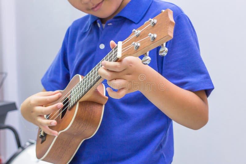 El muchacho del ukelele foto de archivo