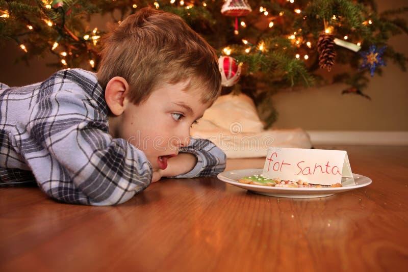 El muchacho despierta para encontrar que alguien comió las galletas fotos de archivo libres de regalías
